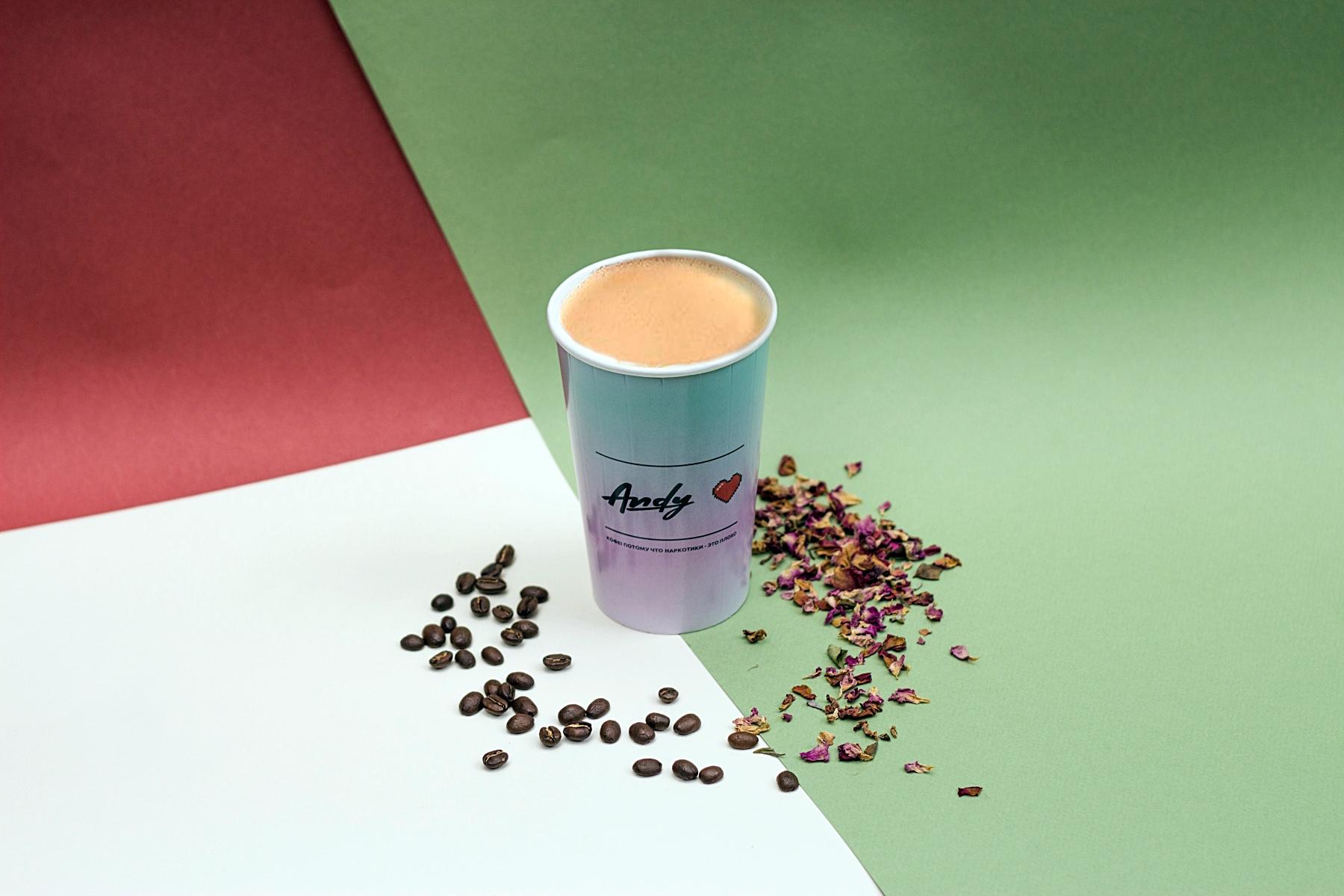 Латте на кокосовом молоке со свежими листьями лайма